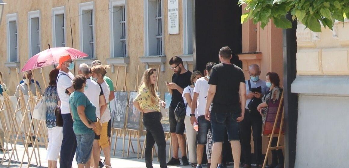 Sute de turiști așteaptă zilnic la coadă să intre la Muzeul Memorialul Victimelor Comunismului și al Rezistenței din Sighet