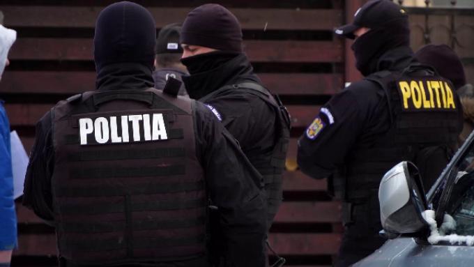ȘURDEȘTI: 2 persoane reținute de polițiști pentru trafic de droguri de risc