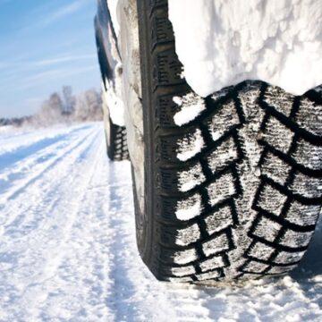 VIDEO | Recomandări pentru şoferii care circulă pe timp de iarnă, în condiţiile unui carosabil acoperit cu zăpadă şi polei