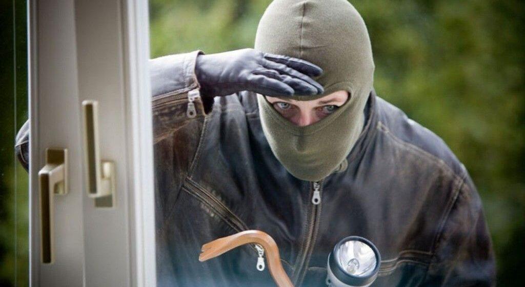 Tânăr prins în flagrant şi reţinut de poliţişti pentru comiterea unui furt