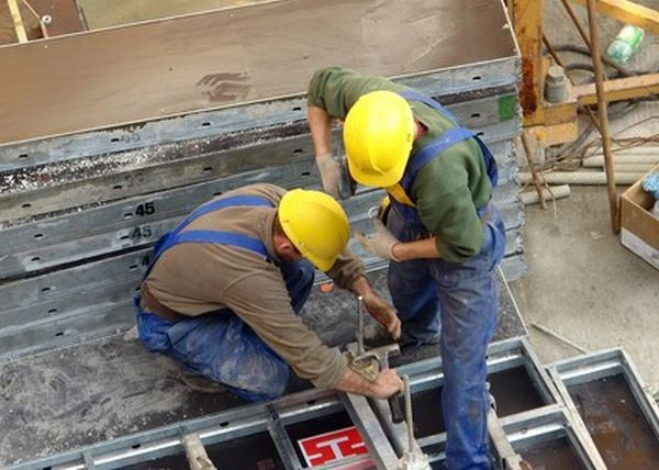 VIDEO | Obligativitatea purtării echipamentului de protecție individuală, încălcată de mulți lucrători din Maramureș