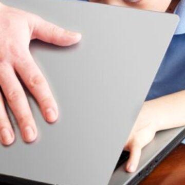 """Copiii care petrec mult timp în fața unui ecran ar putea dezvolta """"autism virtual"""""""