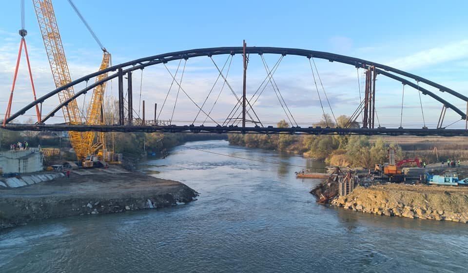 VIDEO | După trei ani de întârziere, podul peste Someș de la Ulmeni a făcut un mare pas înainte