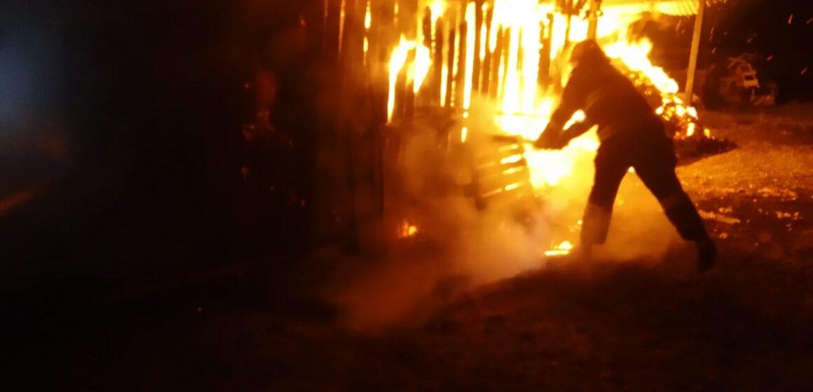 VIDEO | CRĂCIUNEȘTI: Depozit de furaje cuprins de flăcări