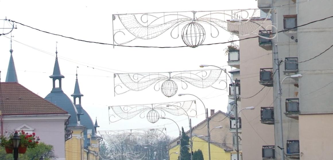VIDEO | PREGĂTIRI DE SĂRBĂTORI: Ornamente noi de Crăciun pe străzile din Sighetu Marmației