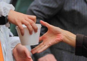 VIDEO | Tichetele sociale, pe suport electronic, pentru mese calde le dau bătăi de cap vârstnicilor