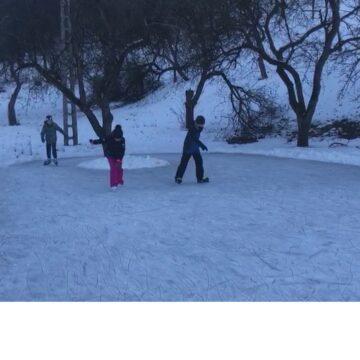 VIDEO   Senzații tari la un patinoar natural, format la poalele Dealului Solovan, în grădina unor sigheteni