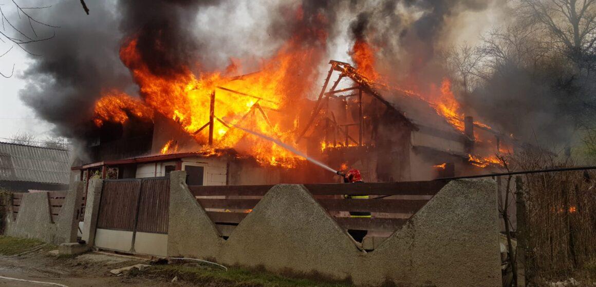 VIDEO   Casă distrusă de flăcări în Sighet. O familie a ramas fără un acoperiș deasupra capului