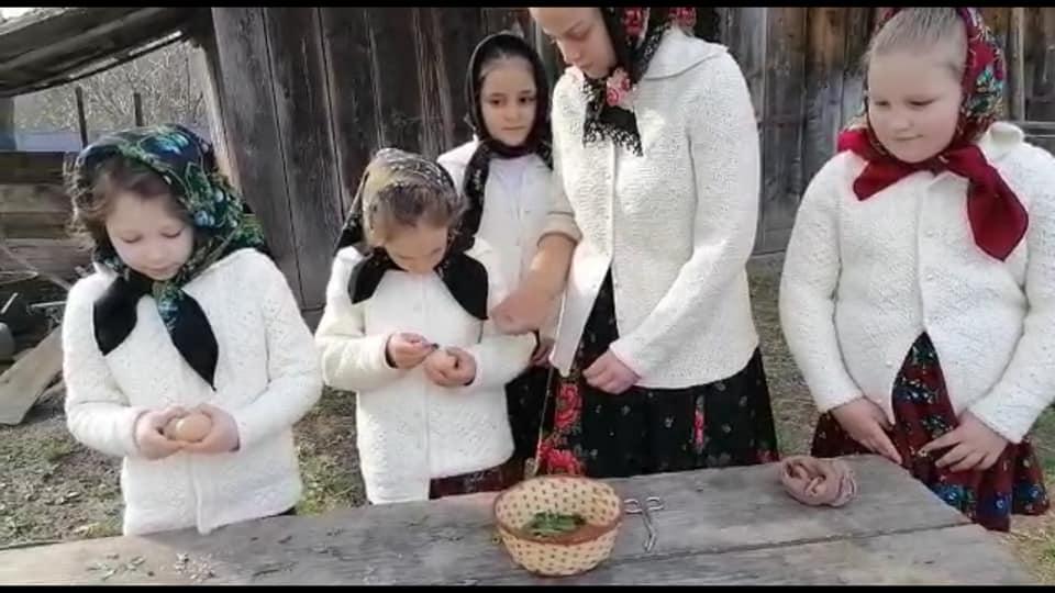 VIDEO | Atelier de încondeiat ouă la Școala Rădăcinilor Străbune