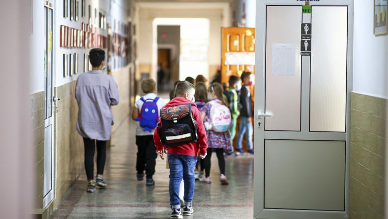 VIDEO | Elevii vor reveni la școală din 5 mai