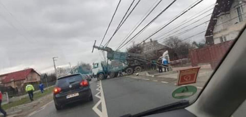 VIDEO   Șase stâlpi de electricitate din Sighet au fost avariați de o autobasculantă