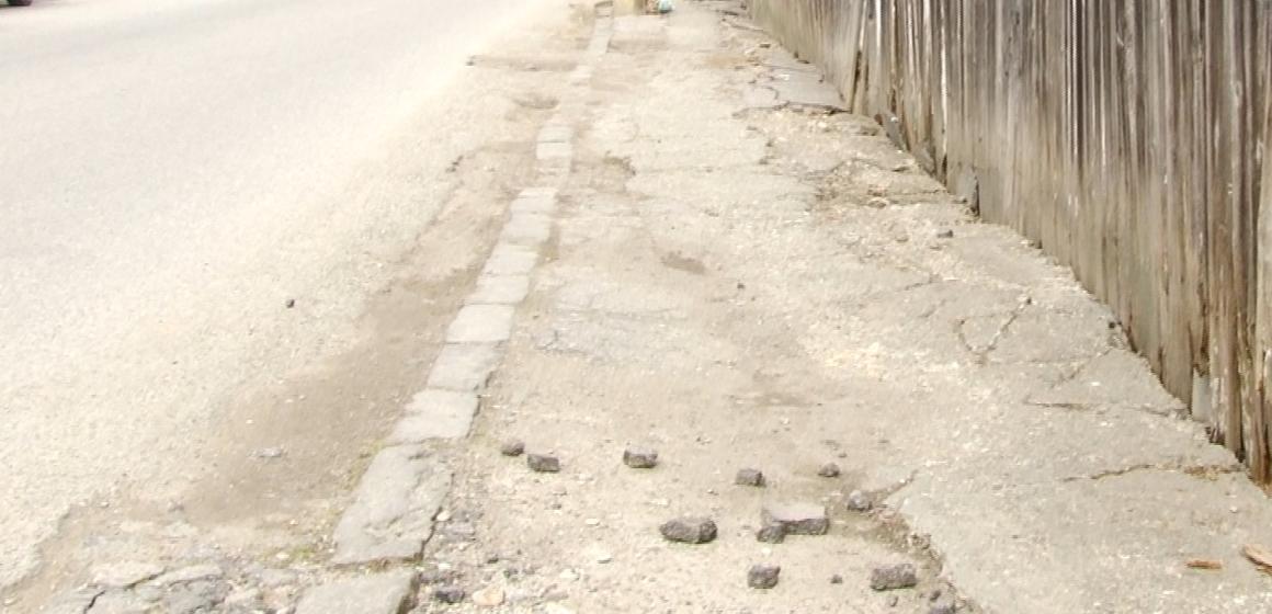 VIDEO | TROTUARE VECHI ȘI DISTRUSE: Sighetenii îi invită pe aleșii locali să lase mașinile în parcare și să se plimbe pe jos prin oraș ca să vadă cum arată drumurile