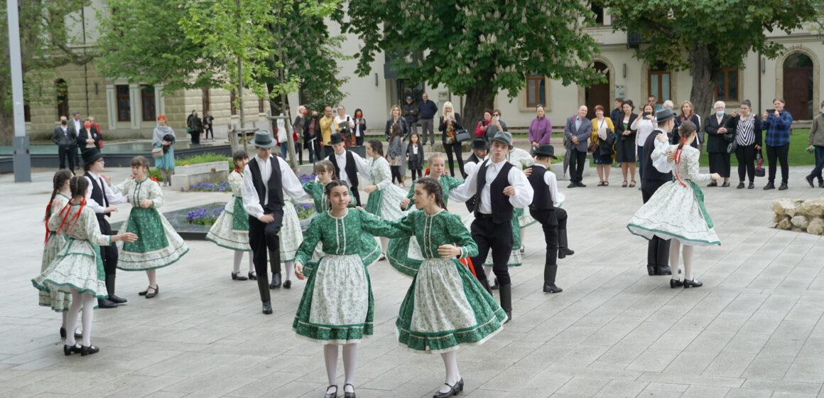 VIDEO-FOTO | Flashmob de rusaliile romano catolic cu Grupul de Dansuri Populare Talpalat