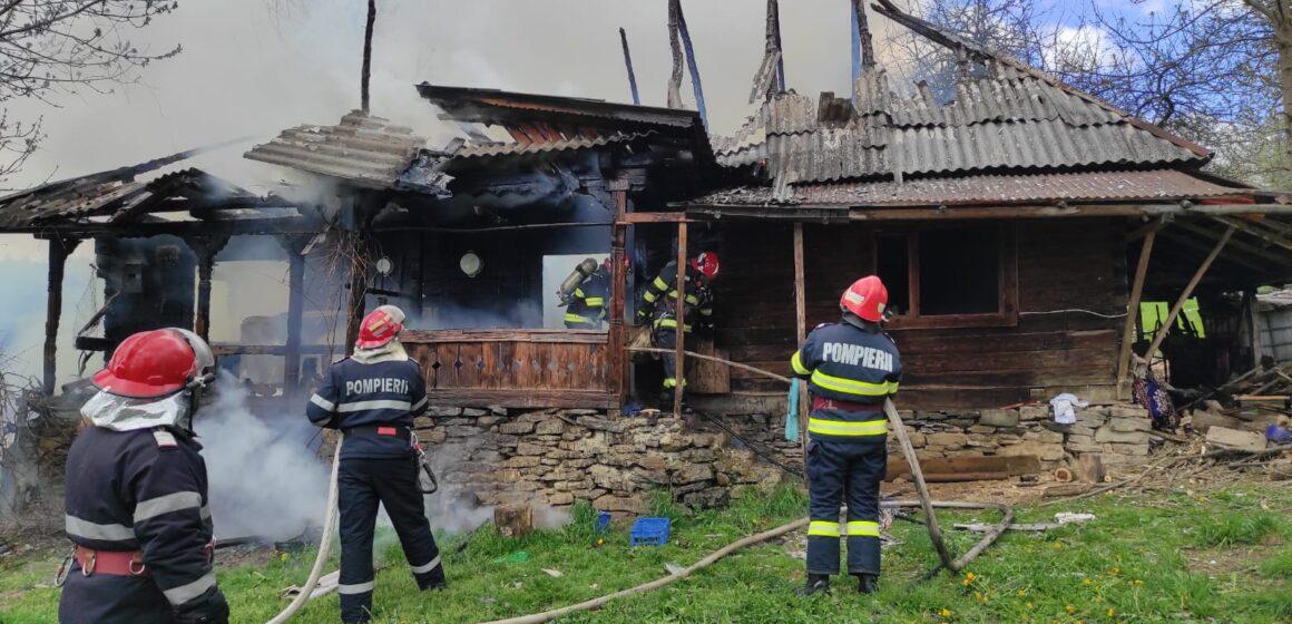 VIDEO | O femeie din Sat Șugatag a ars de vie după ce casa în care locuia a fost curpinsă de flăcări