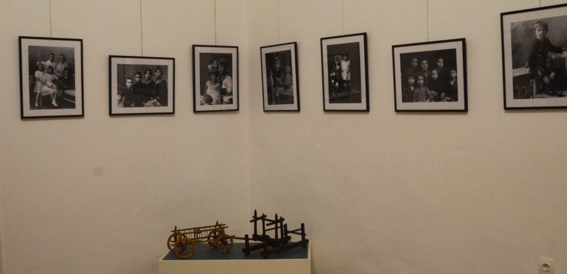 """""""Copiii și copilăria de acum o sută de ani"""", o expoziție documentară de fotografii și jucării"""