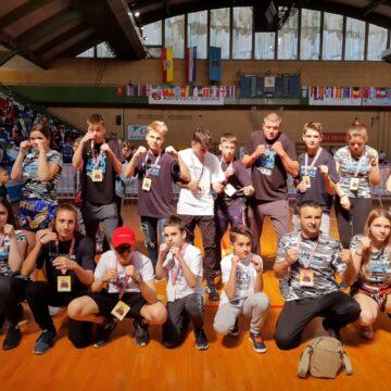 VIDEO | 20 de medalii pentru sportivii sigheteni la Cupa Europeană de Kickboxing din Croația