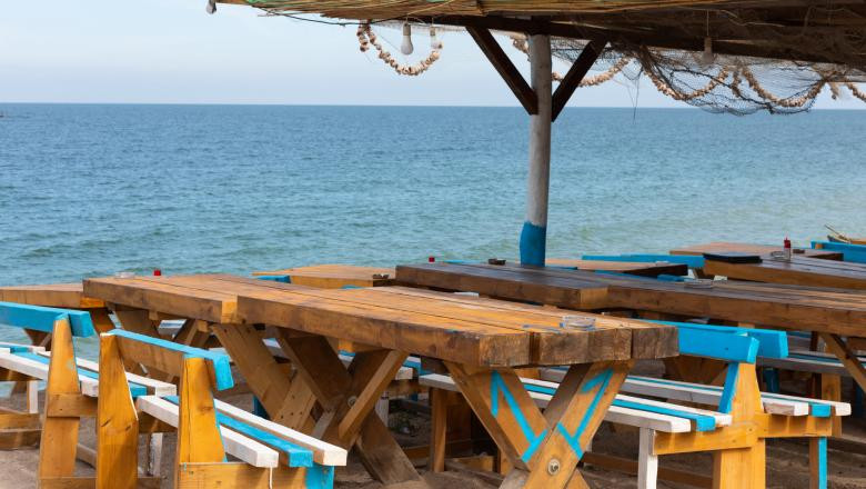 Patronii de restaurante de pe litoral au ajuns și bucătari, și chelneri, după ce angajații i-au abandonat ca să lucreze în construcții