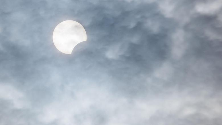 VIDEO | O eclipsă de soare, vizibilă parțial și în România, va avea loc joi