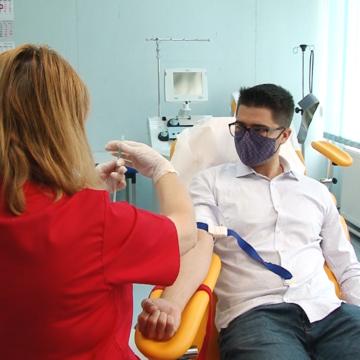 VIDEO | Brian Cristian îi provoacă pe deputații maramureșeni să doneze sânge