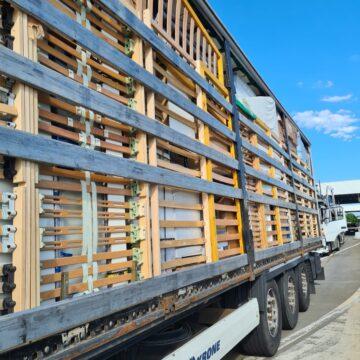 Tiruri care transportau haine vechi, oprite să intre în țară