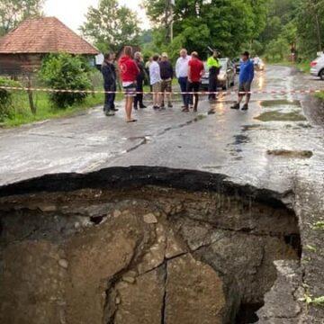 Circulația oprită între Săcel și Moisei din cauza unui podeț rupt