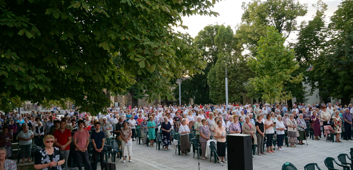 Video   Hramul bisericii romano-catolic Sfânta Treime, sărbătoarea orașului