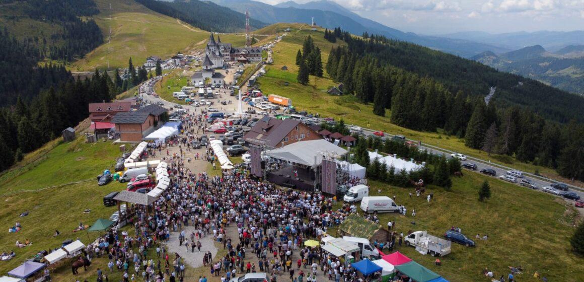 """Foto   Festivalul Interjudețean de Folclor """"Hora la Prislop"""" – un eveniment care reconectează oamenii la valorile culturale, la portul popular și la folclorul tradițional"""