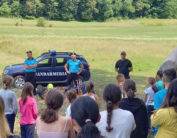 Jandarmi la discuții cu copiii