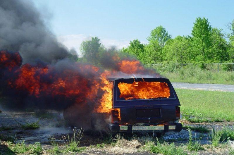 Reținut pentru distrugere, și-a incendiat propriul autoturism, pagube de aproximativ 5000 de euro