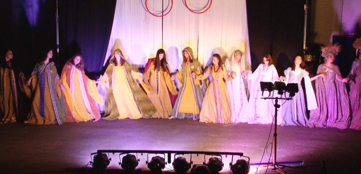 Video | O paradă a modei împletită cu dansuri medievale