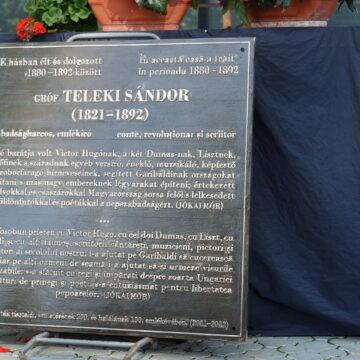 S-a realizat o placă de bronz în memoria contelui Teleki Sándor