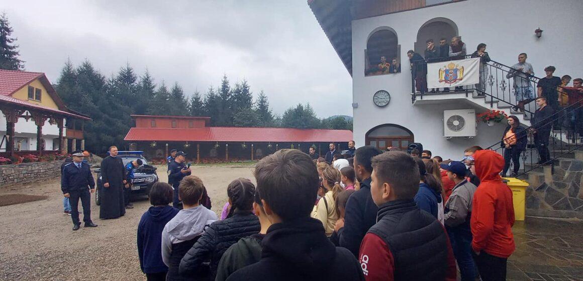 Jandarmi alături de copii la mănăstire