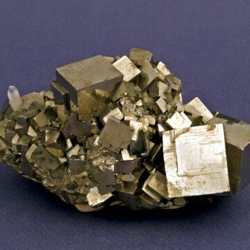 Exponatul săptămânii la Mineralogie: pirită și cuarț